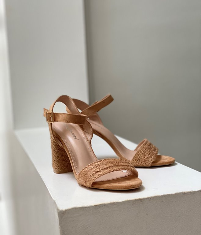 Sandales à talons raphia